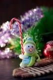 Zabawkarska bałwanu mienia bożych narodzeń cukierku trzcina w rękach Obrazy Stock