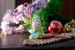 Zabawkarska bałwanu mienia bożych narodzeń cukierku trzcina w rękach Zdjęcie Royalty Free