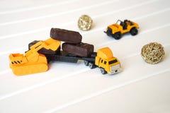 Zabawkarska ciężarówka ładuje z cukierkiem brać dzieci obrazy royalty free