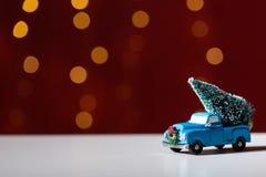 Zabawkarska ciężarówka niesie choinki zdjęcia royalty free