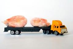 Zabawkarska ciężarówka niesie parę zamarznięte garnele Owoce morza dostawa obrazy stock