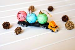 Zabawkarska ciężarówka niesie zabawki dla dziecka ` s nowego roku ` s przyjęcia wewnątrz zdjęcia stock