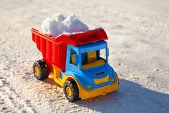 Zabawkarska ciężarówka usuwa śnieg na autostradzie zdjęcia royalty free