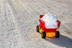 Zabawkarska ciężarówka usuwa śnieg w zimie obraz stock