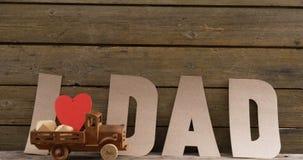 Zabawkarska ciężarówka z czerwonym sercem przeciw teksta tata zdjęcie wideo