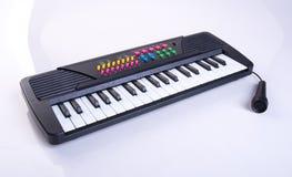 zabawkarska elektroniczna klawiatura lub dzieci bawimy się pianino Zdjęcia Royalty Free