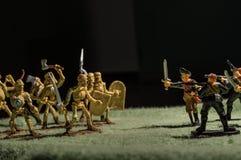 Zabawkarska mężczyzna wojna z duch miniatury postaci tapetami czerni tło Obraz Stock