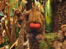 Zabawkarska małpa pokazuje czerwonych pośladki obrazy royalty free