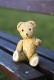Zabawkarska niedźwiadkowa daje łapa zdjęcia royalty free