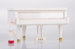 zabawkarska pozytywka lub pianino pozytywka na tle Zdjęcie Stock