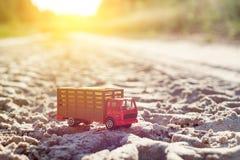 Zabawkarska retro ciężarówka na drodze - symbol ładunku transport Fotografia Royalty Free