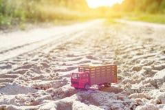 Zabawkarska retro ciężarówka na drodze - symbol ładunku transport Zdjęcie Royalty Free