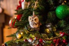 Zabawkarska sowa na choince Choinka dekorująca z zabawką zdjęcie stock