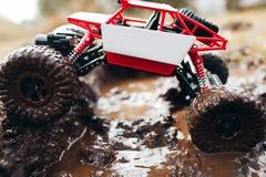 Zabawkarska suv jazda przez błota, boczny widok Fotografia Stock