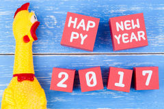Zabawkarski żółty shrilling kurczak i Szczęśliwy nowy rok 2017 liczb na r Fotografia Royalty Free