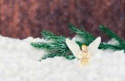 Zabawkarski anioł z skrzydłami na białym śniegu Obrazy Royalty Free