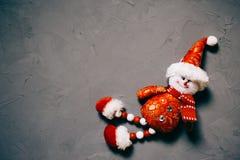 zabawkarski bałwan na ciemnym textured tle, kopii przestrzeń zdjęcia royalty free