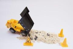 Zabawkarski ciężarowy dolewanie piasek Zdjęcie Royalty Free