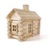 Zabawkarski drewniany dom odizolowywający na białym, małym chałupa domu drewno, Zdjęcie Stock