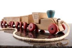 Zabawkarski drewniany pociąg ciągnąć je z sznurkiem Fotografia Royalty Free