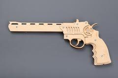 Zabawkarski drewno pistolet na szarym tle Fotografia Royalty Free