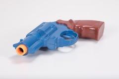 Zabawkarski klingerytu pistoletu zakończenie up z biel kopii przestrzenią zdjęcia stock