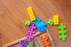 Zabawkarski kolorowy klingeryt na drewnianym podłogowym tle Fotografia Royalty Free