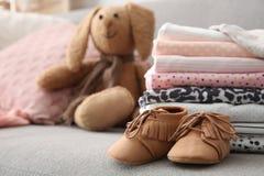 Zabawkarski królik, sterta elegancki dziecko odziewa Zdjęcie Royalty Free