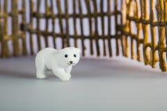 Zabawkarski niedźwiedź polarny przed ogrodzeniem Fotografia Royalty Free