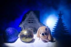 Zabawkarski pies - symbol nowy rok pod śniegiem przeciw tłu jedlinowe gałąź Zabawka pies jako symbol 2018 nowy rok Fotografia Stock