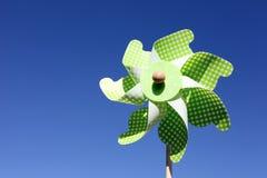 Zabawkarski pinwheel przeciw niebieskiemu niebu Obraz Stock
