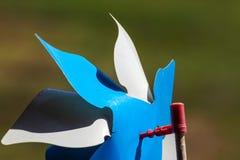 Zabawkarski pinwheel w wietrznej pogodzie Fotografia Royalty Free