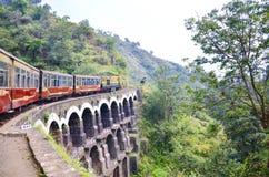 Zabawkarski pociąg iść though Shimla! zdjęcia royalty free