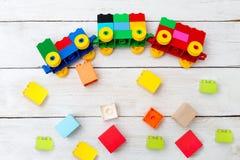 Zabawkarski pociąg sześciany lego na drewnianym tle Wcześnie uczy się Obrazy Royalty Free
