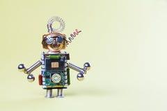 Zabawkarski robot z dumbbells Siły stażowy pojęcie Obwodu układu scalonego gniazdkowy charakter, śmieszna głowa, oczu szkła, kopi Fotografia Stock