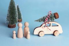 Zabawkarski rodziny i zabawki samochód z choinką na dachu Drewniane postacie które pójść samochodem ojciec, matka i dzieci, zdjęcie stock