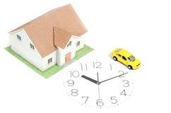 Zabawkarski samochód i dom na zegarowej twarzy Zdjęcie Royalty Free