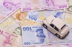 Zabawkarski samochód i pieniądze nad bielu czynszem, zakupem lub ubezpieczenie samochodu pojęciem, zdjęcie royalty free
