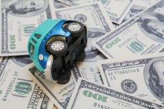Zabawkarski samochód na tle dolarowi rachunki Obrazy Stock