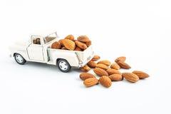 zabawkarski samochód z migdałami bobowymi na białym tle Zdjęcia Royalty Free