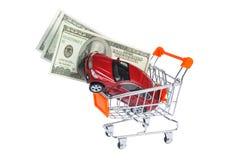 Zabawkarski samochód z pieniądze w wózek na zakupy odizolowywającym na bielu Obrazy Royalty Free