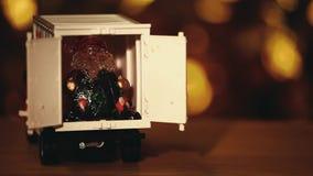 Zabawkarski samochodowy Święty Mikołaj bokeh hd drewniany stołowy złocisty materiał filmowy zdjęcie wideo