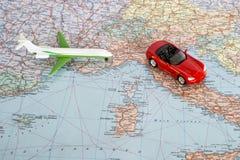 Zabawkarski samolot i czerwień samochód na geographical mapie Europa Podróży trasy planistyczny pojęcie zdjęcia royalty free