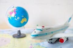 Zabawkarski samolot na światowej mapie obrazy royalty free