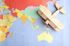 Zabawkarski samolot na światowej mapie, odgórny widok Podróż obraz stock