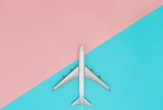Zabawkarski samolot na błękicie i menchia pastelu zdjęcia royalty free