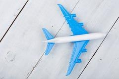Zabawkarski samolot na białym drewnianym tle zdjęcie stock
