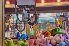 Zabawkarski żuraw na Niemieckim funfair zdjęcie royalty free