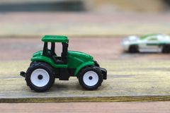 zabawkarski zielony ciągnik na rewolucjonistka drewnianym stole obrazy stock