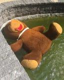 Zabawkarskie banialuki - duży miś rzucający daleko od Zdjęcie Royalty Free